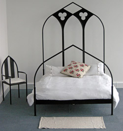 Ribbed Arch Bed with trefoil